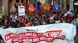 Demonstranter deltar i stordemonstration för att uppmärksamma Kataloniens självständighetsdag.