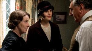 Mrs Hughes, Mary Crawley och Carson i livligt samspråk.