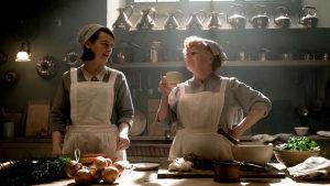 Daisy och mrs Patmore samtalar i köket.