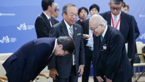 Deltagare i ett japansk-ryskt handelsforum hälsar artigt på varandra.