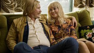 Kari Tapio och hustrun Pia under en glad stund i vardagsrumsssoffan i filmen Olen suomalainen.