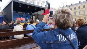 En Martha filmar program då Marthaförerlsen firar 120 år