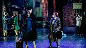 Söpö Sue spelad av Heidi Kirves och Bienstock spelad av Anna Lemmetti-Vieri.