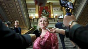 Katri Kulmuni möter pressen i Ständerhusets trappa