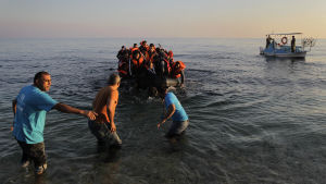 Flyktingbåt kommer i land på Lesbos i november 2015.