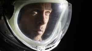 Brad PItt i närbild med astronauthjälm på huvudet.