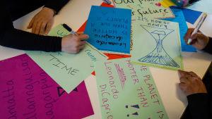 Nuorten Grönlantilaisten ilmastoaktiivien Nick Thorleifsen, Kiki Godtfredsen ja Sascha Blidorfin banderolleja