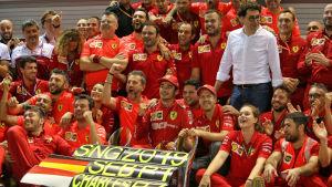 Ferraris F1-team i ett lagfoto efter ett lyckat race i Singapore.