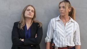 Merritt Wever och Toni Collette spelar rollerna som poliserna Karen Duvall och Grace Rasmussen.