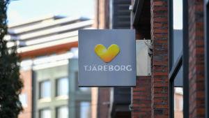 Tjäreborgs logotyp bestående av texten Tjäreborg med bilden av ett symboliskt hjärta i gult och orange ovanför texten.