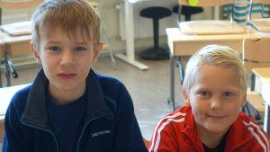 Foto på Edvin Westling och Mio Eklund i en skolklass