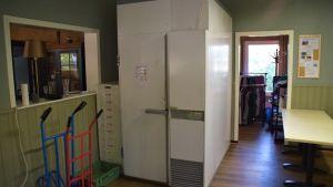 Ett stort kylskåp i en gammal restauranglokal.