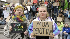 """Två unga flickor med plakat i händerna med texterna """"jag är rädd"""" och """"rädda planeten"""""""