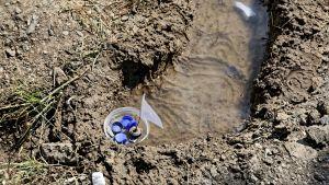 Plastbitar som varit del av lekar för barn ses i en vattenpöl i lägret Moria på Lesbos, Grekland 20.5.2018