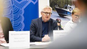 Antti Hedman på polisens presskonferens.