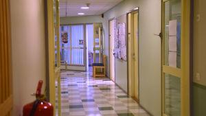 En tom korridor i dagverksamheten för äldre i Ekenäs.