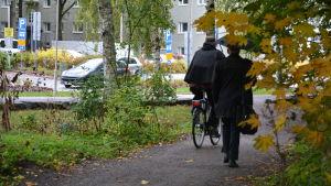 en cyklist och en fotgängare går på en stig