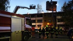 Släckningsarbete vid höghus i Vasa.