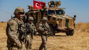 Amerikanska och turkiska soldater under gemensam patrullering i den syriska byn al-Hashisha i utkanterna av Tal Abyad vid gränsen mot Syrien (bilden tagen 8.10).