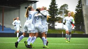 Finland firar ett mål i matchen mot Tjeckien i kvalet i U19-EM.