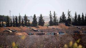 Artilleri på den turkiska sidan av gränsen mot Syrien i Akcakale i provinsen Sanliurfa 8.10.2019 - samma dag som Turkiet hotat med att invadera Syrien