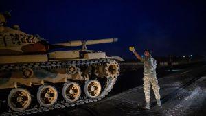 Turkisk stridsvagn kör mot gränsen mot Syrien nära Akcakale i provinsen Sanliurfa 8.10.2019 - samma dag som Turkiet hotat med att invadera Syrien