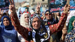 Kurder i norra Syrien protesterar mot den turkiska offensiven mot området i oktober 2019.