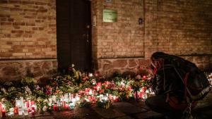 Kransar och levande ljus till minne av offren för attacken mot en synagoga i Halle i Tyskland den 9 oktober 2019.