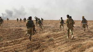Soldater korsar gränsen i samband med den turkiska offensiven mot kurdiska områden i nordöstra Syrien 11.10.2019