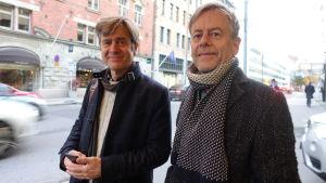 Två bröder står på gatan