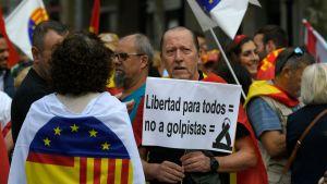 """Demonstrant i Barcelona 12.10.2019. """"Frihet för alla = nej till kuppmakare"""""""