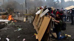 Demonstranter i Quito drabbar samman med polisen.