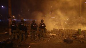 Armén patrullerar vid regeringsbyggnader i Quito.