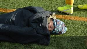 Fotbollsknatte har somnat på fotbollsplanen