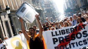 Demonstranter i Barcelona blockerar gator i protest mot domarna mot de katalanska separatistledarna.
