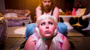Skådespelaren Josefine Fri i förgrunden med en blond peruk på huvudet. Bakom henne Emelie Zilliacus.