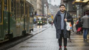 Misael Rojas seisoo Aleksanterinkadulla