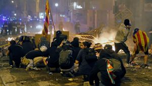 Demonstranter mot polis i Barcelona 18.10.2019