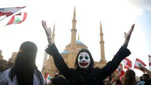 En av demonstranterna i centrala Beirut på lördagen hade sminkat sig som karaktären Joker.