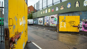 Belfastin katolilaisten ja protestanttien asuinalueita jakava muuri.