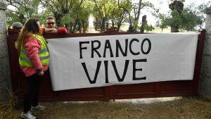"""""""Franco lever"""" står det på banderollen som visades upp i Valle de los Caidos då den forna diktatorn Francos kvarlevor fördes bort från området m"""