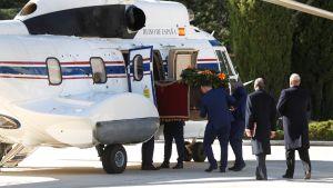Den forna diktatorn Francisco Francos kvarlevor flyttas från Valle de los Caídos med helikopter till en statlig begravningsplats  i Madrid.