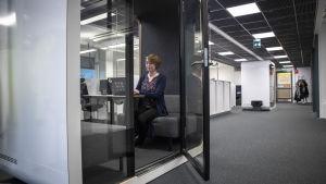 Väre:n markkinointipäälikkö Kati Uumo tekee töitä Frameryn monitilamoduulissa toimiston keskellä.