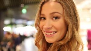 Nuori nainen hymyilee kasvokuvassa