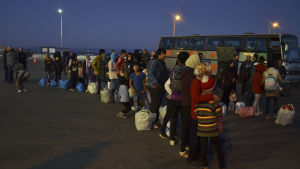 Den grekiska regeringen vill omplacera minst 5 000 migranter från öarna Lesbos och Samos till fastlandet