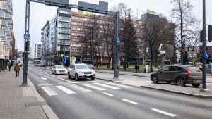 Liikennettä Hämeenkadun ja Rautatienkadun risteyksessä.