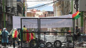 Moralesmotsåndare övervakar en barrikad som de byggt i närheten av Plaza Murillo, i centrum av La Paz.