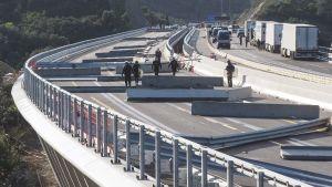 Fransk polis inspekterar de hinder som placerats ut på motorvägen av demonstranter som polisen körde bort  11-12.11.2019
