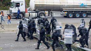 Den katalanska polisen Mossos d'Esquadra anländer till vägen A-7 nära staden Salt i Girona, Spanien 13.11.2019.