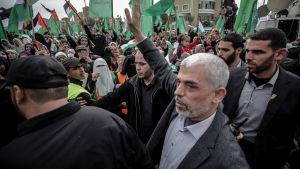 Hamas ledare på Gazaremsan, Yahya Sinwar, vinkade till anhängare under ett massmöte i Gaza City i december 2018.